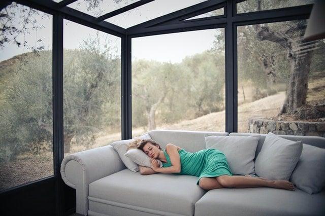 troubles du sommeil sieste femme canapé en journée
