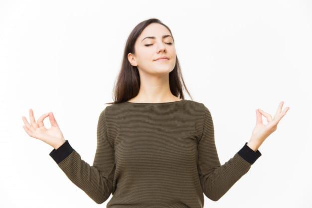 paisible soulagement femme faisant le geste zen
