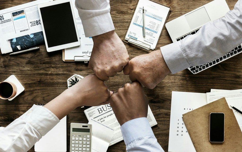 poings soudés équipe solidarité au travail bien-être au travail