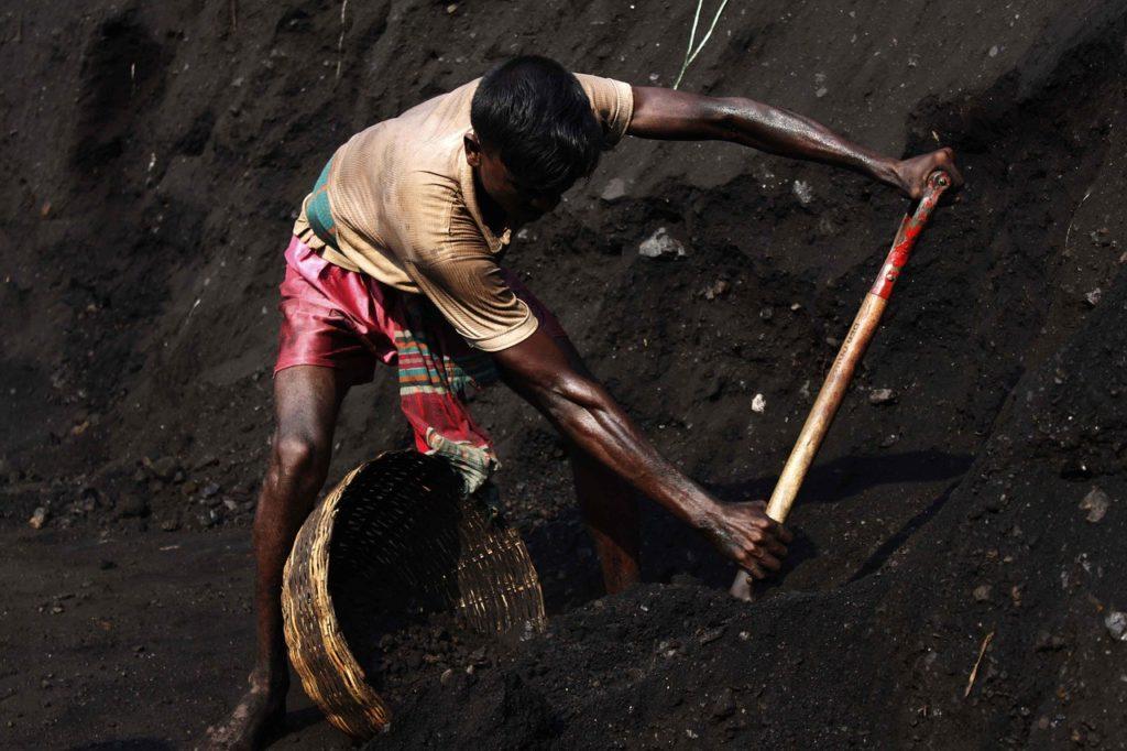 travailleur qui creuse la terre, travail difficile, bien-être au travail faible