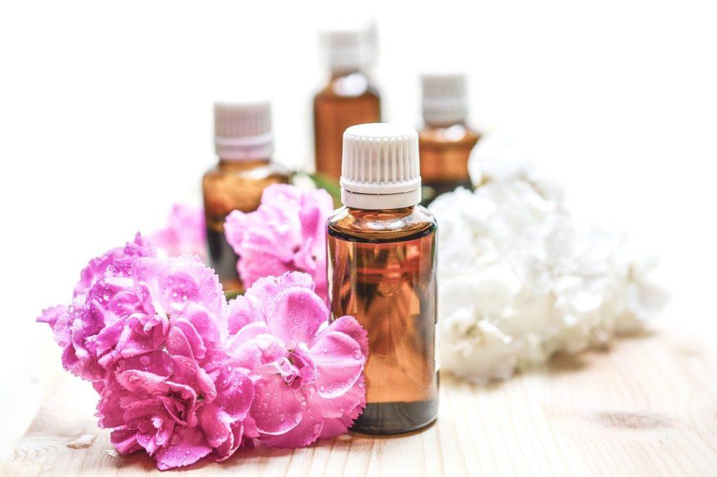 huiles essentielles anti inflammatoire flacons fleurs