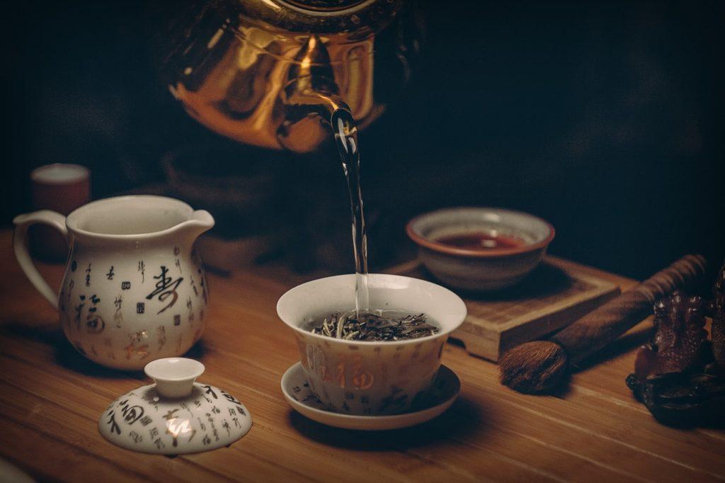 thé vert servi dans une tasse contenant des catéchines aux bienfaits stoppant la fonte musculaire