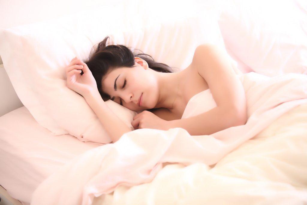 sommeil fatigue forme nuit femme qui dort régénérer