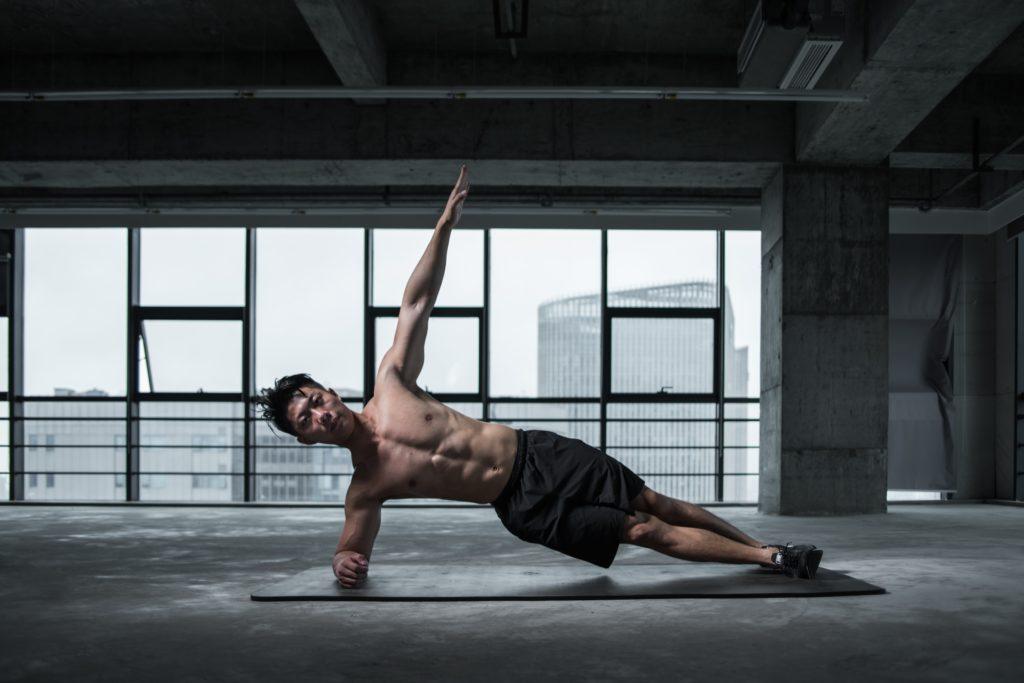 exercice de gainage planche latérale pour travailler ses obliques et moyen fessiers