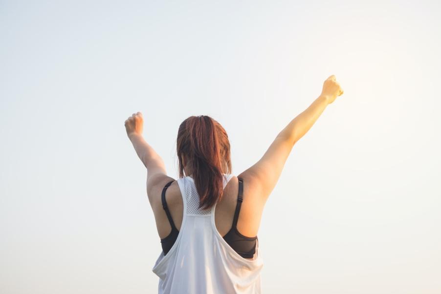 Comment se mettre au sport motivation femme bras tendus victoire