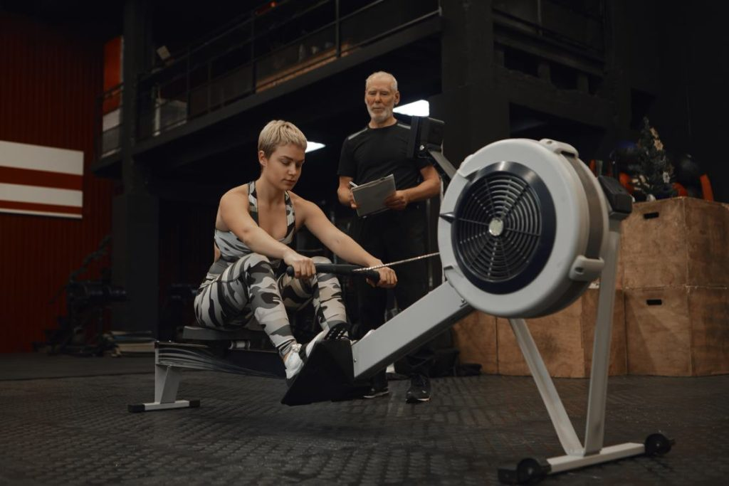 femme effectuant un exercice de rameur pour muscler son dos